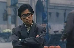 """评《小武》:贾樟柯电影镜头里的""""底色""""与""""自我表达"""""""