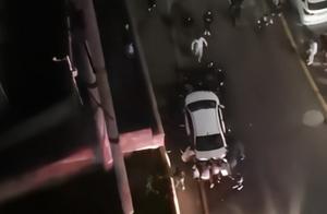 齐心协力!居民抬走挡道私家车为消防让路:火灾已被扑灭,无人员伤亡