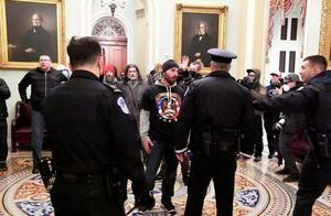 """美国警方先是""""辟谣"""",随后承认一警员因国会骚乱死亡"""