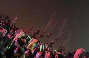 这是真爱粉啊!潘长江泗县商演,树上挂满围观群众