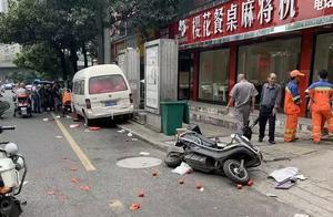 又一起!一名环卫工人当街被撞,众人齐心将其从车下救出
