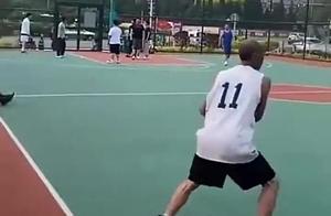 中国篮球老大爷火到国外了!勾手投3分球,这招谁能防得住?