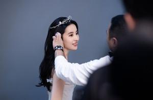刘亦菲回国后首次开工,戴皇冠贵气逼人变真公主,身材暴瘦太单薄