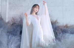 杨紫云雾大片,一改往日可爱形象,大胆挑战深V婚纱