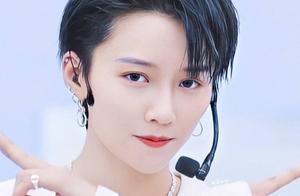 青2第三轮公演造型:刘雨昕戴皇冠蔡卓宜有女团样,她却被吐槽