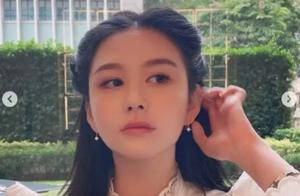 邱淑贞21岁女儿罕露面,镂空白纱裙笑容甜美,港式风情美过妈妈