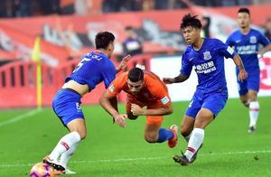 直红罚下,申花队长对裁判爆粗口,主力飞翼0出场沦为离队热门