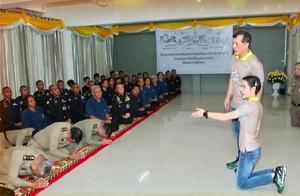 泰国王携最美王妃巡视监狱:国王站着,囚犯坐着,王妃跪着