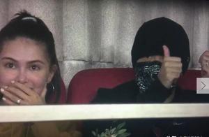 周杰伦携娇妻看球赛大方比耶,谁注意到昆凌的表情了
