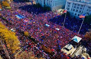 百万特朗普支持者冲进华盛顿,各种花活应有尽有,爆发激烈混战