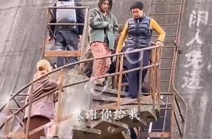 王俊凯搭档马思纯拍戏,演员憔悴落魄,王俊凯瘦到弯腰驼背认不出