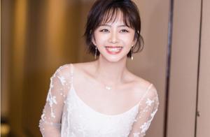30岁谭松韵,性感精致女人味十足,但难掩少女气