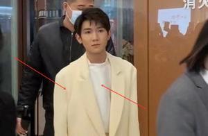 王源最新活动生图流出,失去美颜滤镜,他的这个状态我没看错吧?