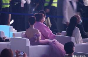 微博之夜丁真成香饽饽,贾玲是坐杨紫身上了吗?