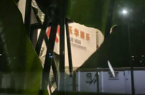 """网曝乐华娱乐大门被泼油漆,门口贴着""""打压艺人"""",场面很混乱"""