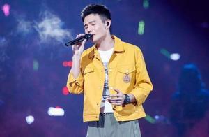 李荣浩晒帅气照片,发两个不同的文案,网友们称他有两副面孔