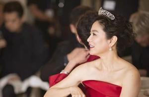 66岁林青霞晒旧照,穿红色长裙温婉知性有气质,这才是岁月美人