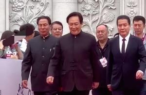 68岁唐国强中山装现身,站c位气场强似领导,网友直言:想跪下