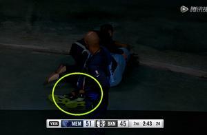 莫兰特被轮椅推出场外,篮网大将垫脚?慢放还原莫兰特受伤瞬间