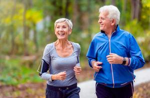 年届六十开始锻炼晚不晚?做哪些运动更适合,更安全?医生告诉您