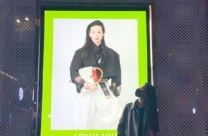 33岁刘亦菲和广告牌合影,渣画质和构图挡不住天仙的美,服气吗