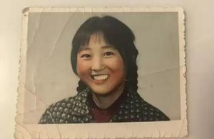 贾玲妈妈年轻旧照曝光 头扎双马尾编发笑容灿烂
