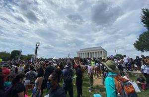 特朗普摊上事了!林肯纪念堂前,成千上万美国人集结,愤怒高呼