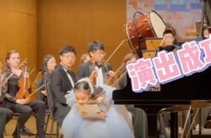 李小璐晒女儿表演视频,甜馨颜值直线上升,和安吉合影超养眼