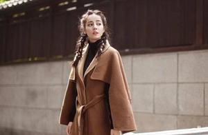 """真正会穿的女生,冬天穿大衣都选""""斗篷""""款,时髦洋气又显瘦"""