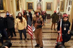 国会陷落!议员们逃进密室,华盛顿紧急宣布宵禁!特朗普推特被冻结