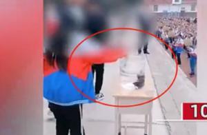 河南5名学生当着几千名师生将手机扔进水桶,校方回应:学生自愿