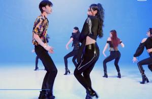 蔡徐坤与选手跳舞保持安全距离,不料眼神太抢镜,显出男生小心思