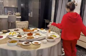 豪气!周扬青请专业大厨做年味大餐,豪宅饭厅曝光堪比五星级饭店