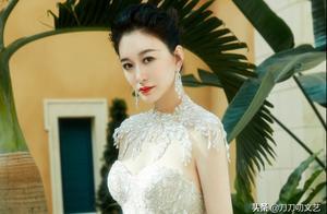 """与温碧霞王丽坤同走红毯,李小冉""""秒杀"""",谁敢相信她44岁了?"""