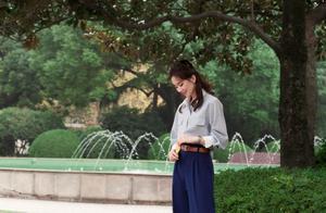 刘诗诗颜值终于回春!穿高腰裤束蝴蝶结变身文艺大小姐,仪态超好