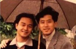唐鹤德晒旧照纪念张国荣,同打一把伞画面温馨,17年后却只剩一人
