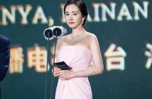 昆凌盛装出席红毯,但杨幂却穿运动鞋登台,是时尚还是没礼貌?