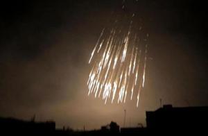 阿塞拜疆发射白磷弹,1000度高温烧穿皮肉骨骼,惨叫声如火狱