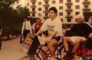 马拉多纳的成都记忆:骑三轮、借自行车,签名合影从不拒绝