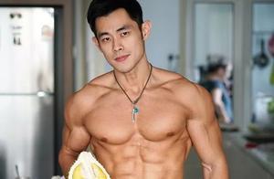 马来西亚卖榴莲小伙,长相酷似周杰伦,练出6块腹肌非常有型