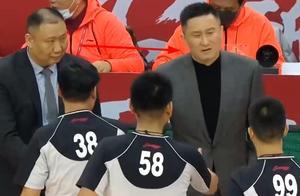 广东队输球,谁注意到杜锋的行为,王导一脸鄙夷,队员都比你大气