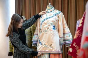 95后女生做寿衣模特登上热搜,网友纷纷点赞,母亲曾劝其辞职