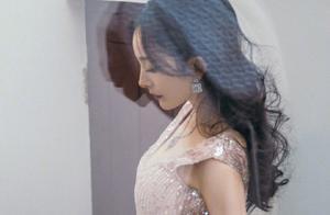 杨幂一浪漫白色星光纱裙造型,复古满满的油画感太高级了