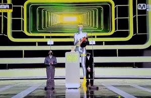 MAMA配备消毒员猛喷麦克风!银色紧身装完美融入舞台