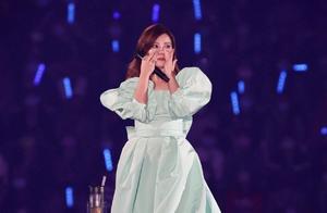 梁静茹离婚后首开唱,多次在舞台上痛哭,男友为其送12字超暖心