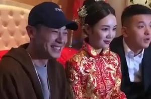 男星朱亚文妹妹结婚,大方送红包捂嘴笑,场面温馨!