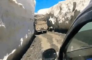 印军卡车小心翼翼通过,拉达克恐怖山口:两侧是数米高雪墙