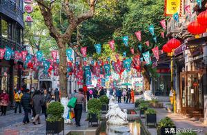 今年圣诞节,杭州河坊街节日气氛不浓,中国传统年味更吸引游客