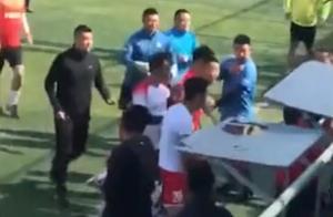 中国足坛爆发30多人冲突:飞踹+抡板凳暴击,球员被紧急送医院