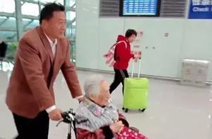 57岁儿子抬97岁母亲上峨眉山,这才是世间最美的旅行!